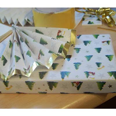 Weihnachtsgeschenk: Verpackung mit goldenem Fächer