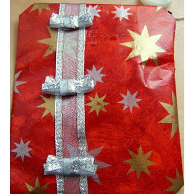 Weihnachtsgeschenk: Verpackung mit Schleifenband und Schneemann