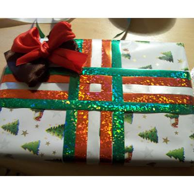 Weihnachtsgeschenke: Drei Verpackungsideen in Rot, Weiß und Grün
