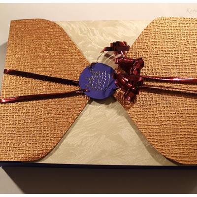 Geschenkverpackung mit Strukturpapier